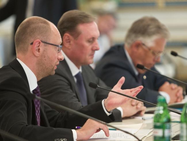 Глава украинского правительства строит новую региональную политику и задабривает Крым