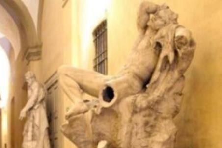 Студент отломал ногу статуе 17 века, присев ей на колени