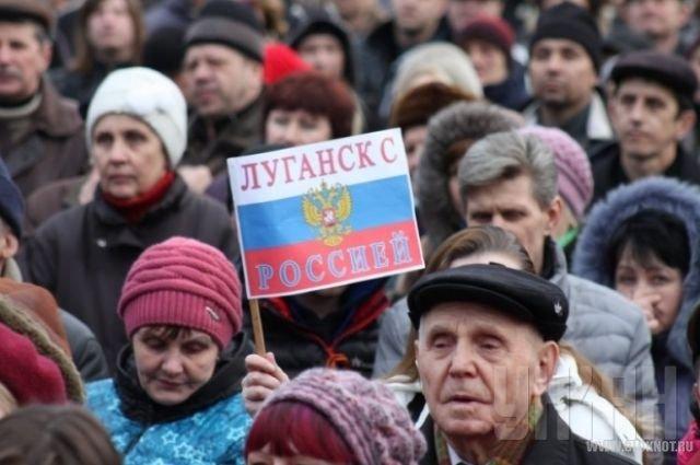 Митингующие в Луганске требуют проведения референдума о федерации