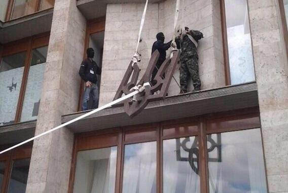 Со здания Донецкой ОГА снят герб Украины