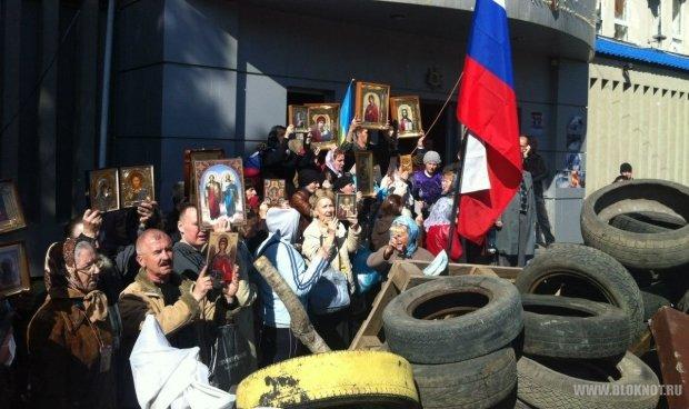В Луганске у здания СБУ готовят коктейли Молотова и просят женщин покинуть баррикады