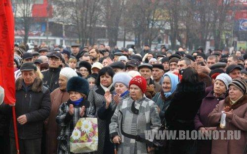 В Славянске люди с семьями выходят на улицы. Мужчины готовы защищать свои дома