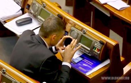 Депутат Мирошниченко ел руками борщ прямо во время заседания Рады