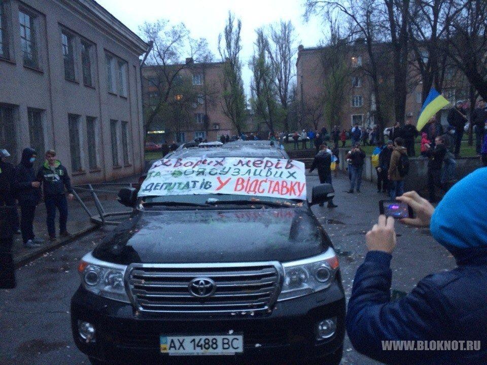 Машину Михаила Добкина облили зеленкой