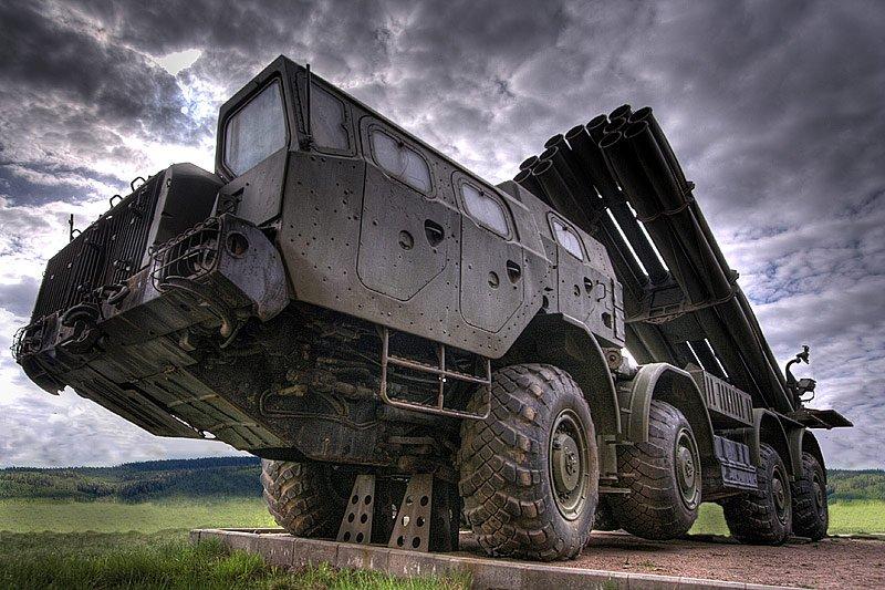 БТР, танки и системы залпового огня Град на подступах к Луганску