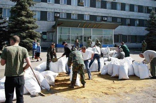 В Константиновке захвачены здания горсовета и прокуратуры, возводятся баррикады