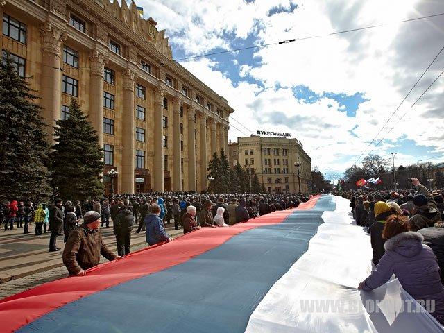 Порядка ста человек устроили акцию в Харькове, собравшись в центре города с георгиевскими лентами