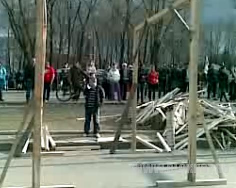 В Луганске построили виселицы