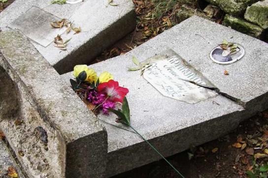 В Новосибирской области двое детей повредили 40 памятников на кладбище