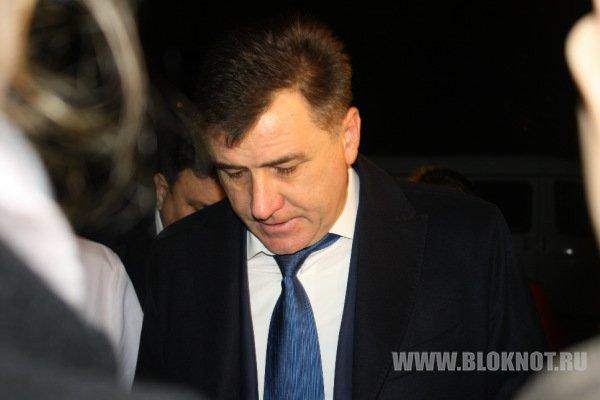 «Очень горячий тур в Италию». Экс-губернатор Волгоградской области Сергей Боженов не явился на допрос, покинув Россию