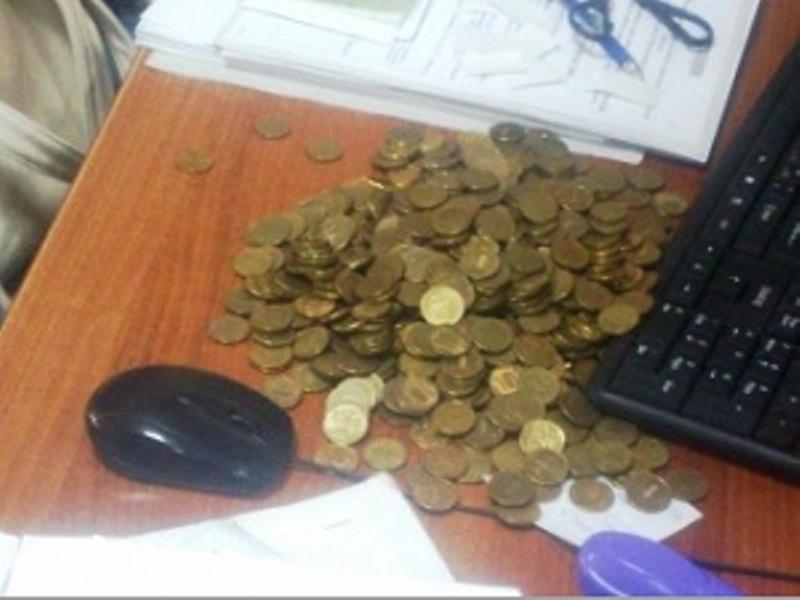 Житель Иркутска оплатил долг по алиментам десятирублевыми монетами