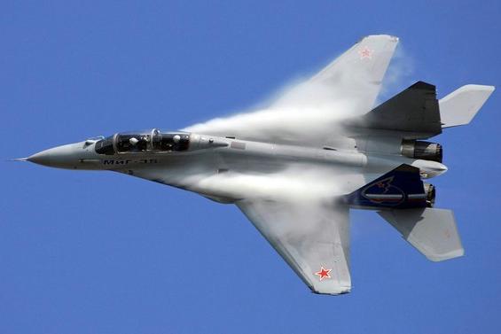 В небе над центром Славянска замечен низко летающий самолет