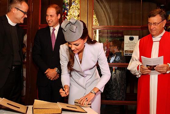 Принц Уильям и Кейт Миддлтон  оставили автограф на Библии