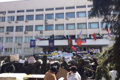 На Мариупольский горсовет снова водружен российский флаг