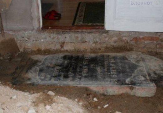 В Швеции супружеская пара нашла надгробную плиту под полом в гостиной