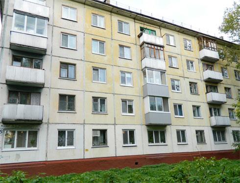 Годовалый ребенок выпал из окна пятого этажа в Красноярском крае