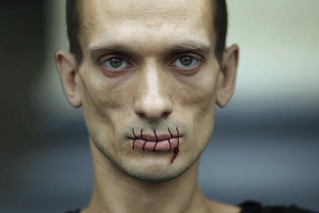 Художника Павленского, пригвоздившего себя на Красной площади, отказались судить