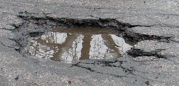 Красноярские дорожники дождались теплой погоды, но с ремонтом не спешат