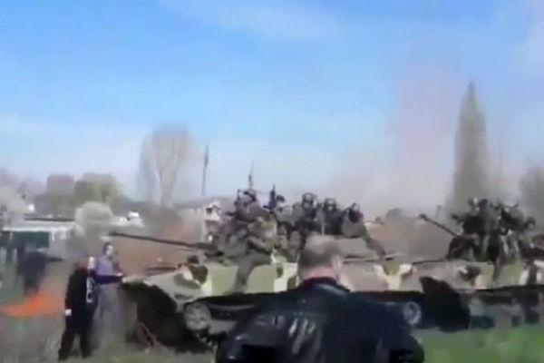 Женщина в Краматорске остановила колонну танков