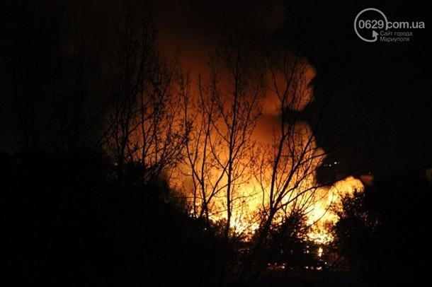 В Мариуполе пожар: горят воинская часть и городская прокуратура