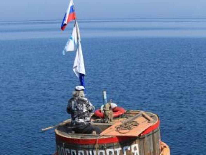 Житель Приангарья проплыл по Байкалу в омулевой бочке