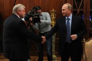 Путин и Миронов здороваются в рукопожатии