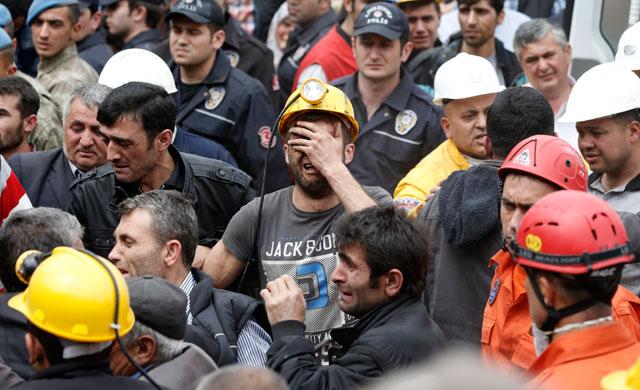 Крупшейший турецкий профсоюз после трагедии на шахте зовет к забастовке. Родственники шахтеров требуют отставки премьера