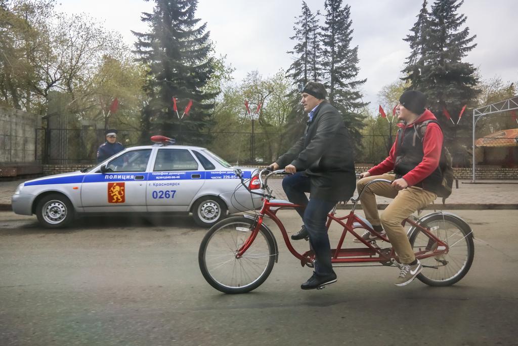 Носовко назвал пиаром катание красноярского депутата на велосипеде