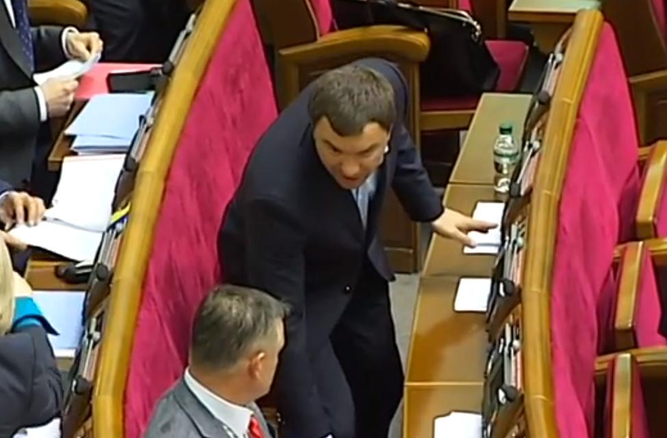 Появилось видео как депутат от Батькивщины голосовал сразу за пятерых
