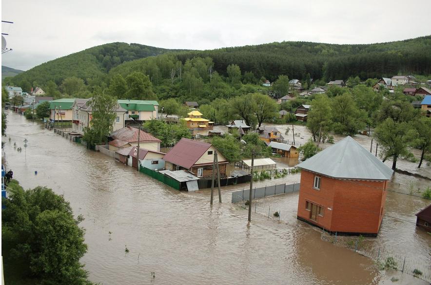 В Горно-Алтайске из-за наводнения рухнул мост