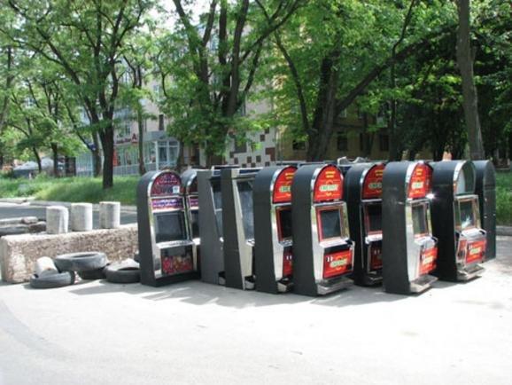Ополченцы Краматорска «укрепили» баррикады игровыми автоматами из нелегальных казино