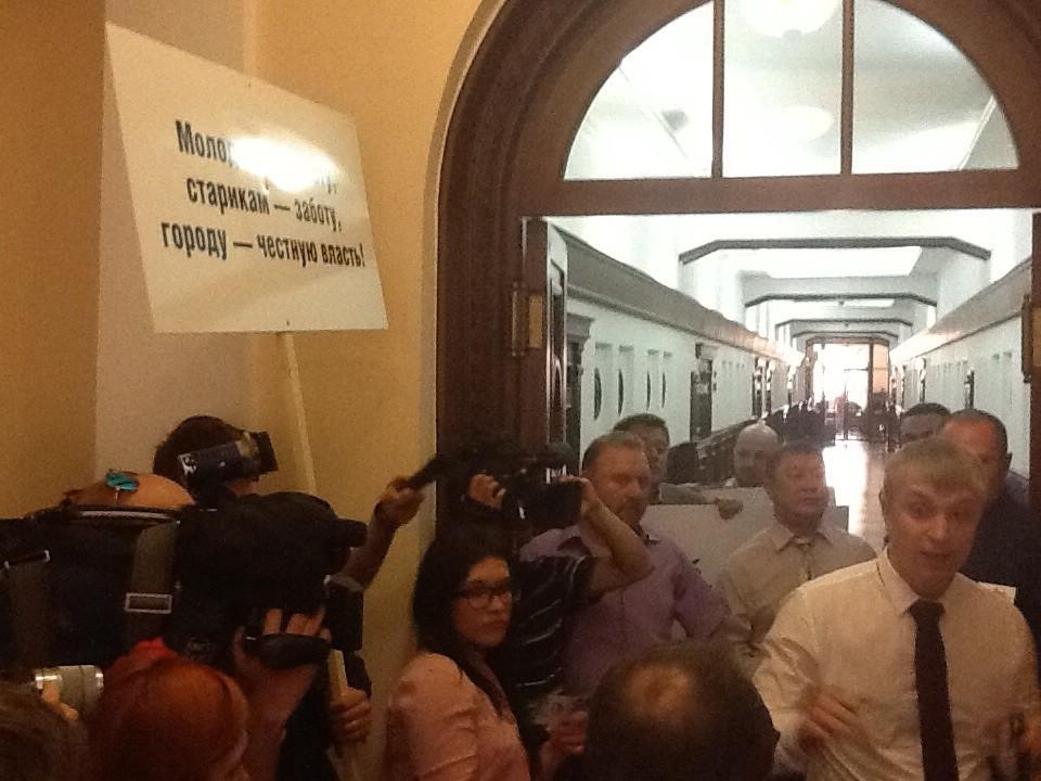 В Екатеринбурге неизвестные заблокировали администрацию и не пускали депутатов