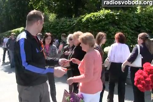 В Киеве возле Вечного огня раздавали георгиевские ленточки