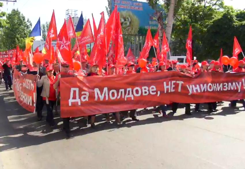 Депутат Госдумы Олег Пахолков участвует в первомайской демонстрации в Кишиневе