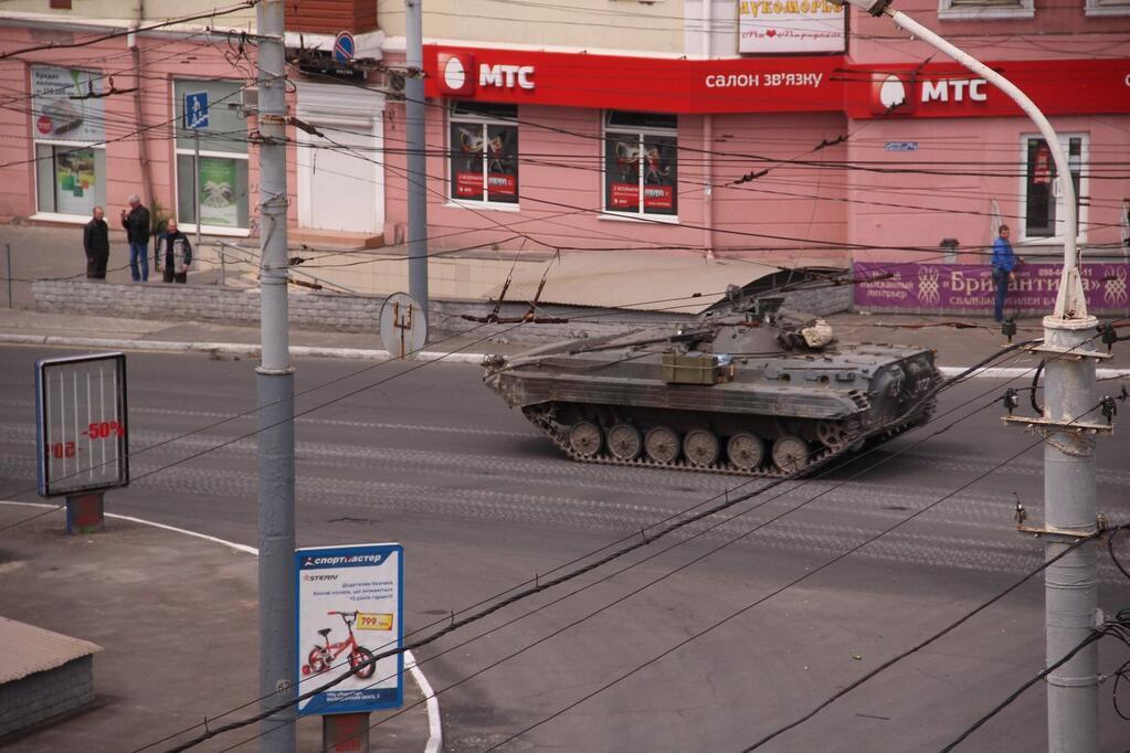 Украинские силовики расстреляли местных жителей Мариуполя, вышедших на митинг в День Победы