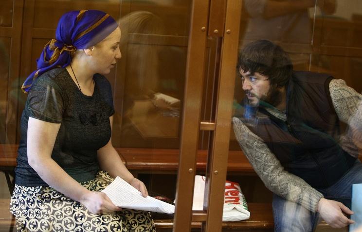 Суд смягчил наказание супругам Расуловым, избившим полицейского на рынке