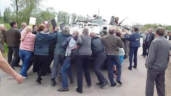 Жители села Андреевское около Славянска блокировали около 15 бронетранспортеров украинской армии