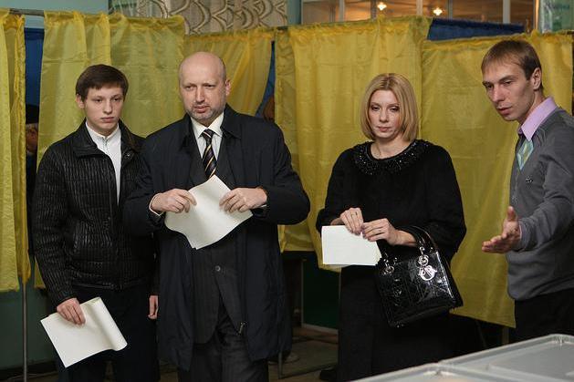 Турчинов пообещал уважение ветеранам после того, как отменил Парад Победы