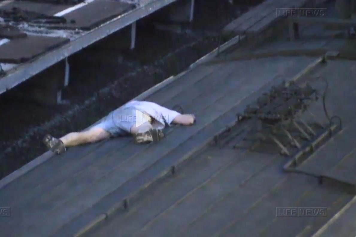 В интернете появилось видео, как на крыше поезда в Москве погиб «зацепер»