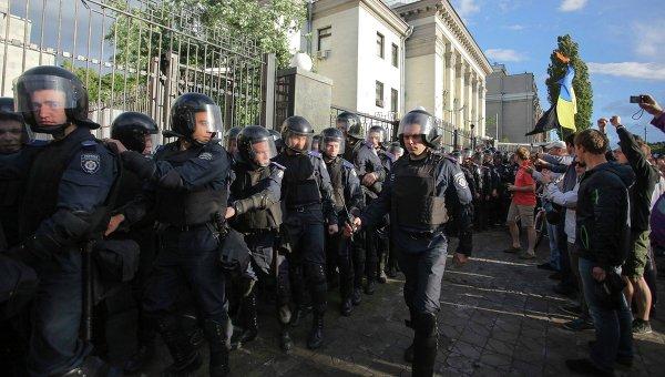 Пикетирующие консульство России в Киеве националисты разошлись