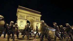 Поиция блокирует алжирских фанатов в Париже