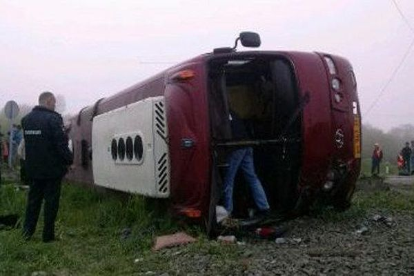 Кадры столкновения автобуса с поездом на Сахалине