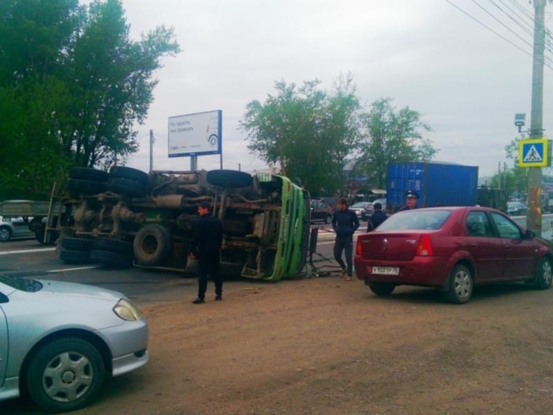 В Иркутске перевернулся бетоновоз