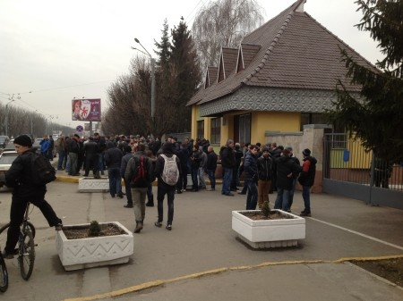 Во Львове родители солдат пикетируют воинскую часть
