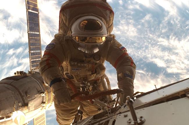 Российский экипаж МКС займется поиском бактерий с наружной стороны станции