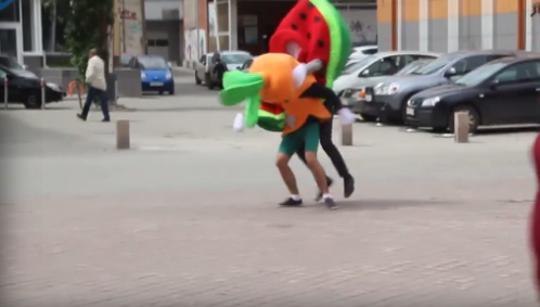 В центре Екатеринбурга произошла драка между арбузом и морковкой