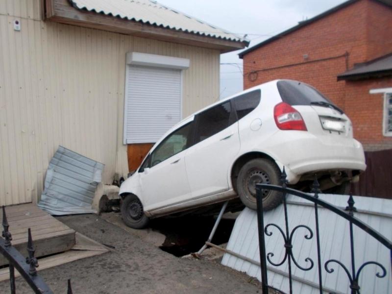 В Приангарье «Хонда» въехала в административное здание
