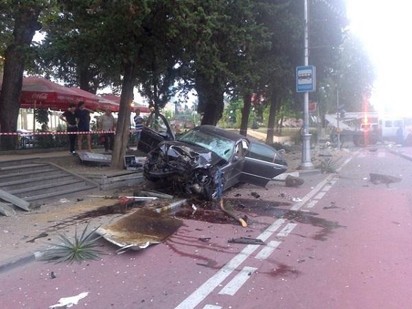 В Сочи водитель сбил пешехода и влетел в остановочный комплекс
