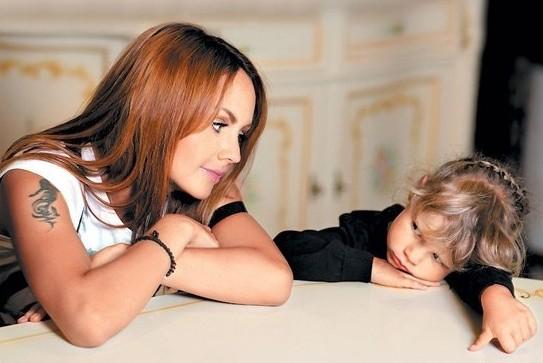 Певица Максим ждет ребенка