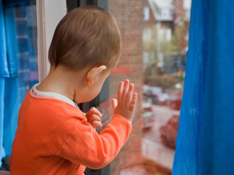 В Приангарье четырехлетний мальчик выпал из окна пятиэтажки